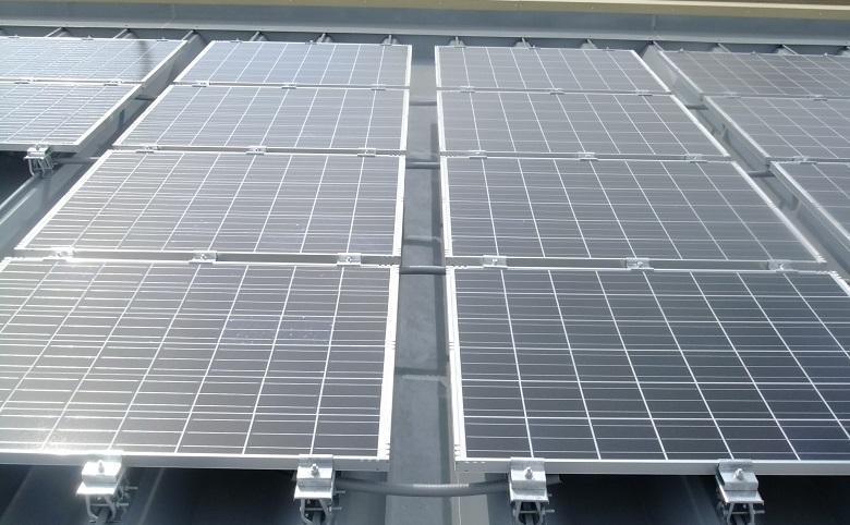 屋上太陽光パネル